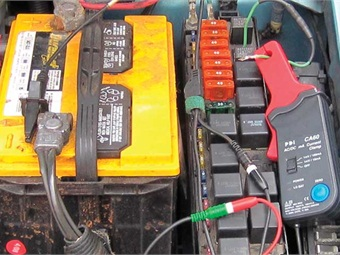 In order to current-ramp a fuel pump, simply remove the fuel pump relay and jump circuits 30 and 87 with a spare jumper wire. Then place your amp clamp around the jumper wire. With the fuel pump relay removed we looked for an amperage waveform. Referencing iATN, the waveform looked good at about 5.5 amps with uniform humps.