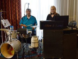 Local musicduo Ellen and Larry added to the ambience by playing jazzy, upbeat tunes.