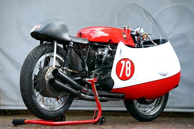 Bob McIntyre'sfour-cylinder Gilera set the lap record onAvon's Speedmaster GP race tyres.