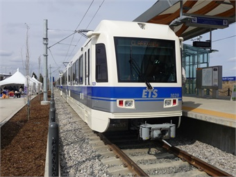 A Siemens SD-160 Light Rail Vehicle, owned and operated by Edmonton Transit System (ETS), waiting at South Campus Station. Photo: Wikimedia Commons/Jakub Limanowka