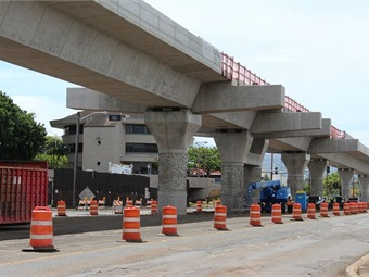 Safety measures and traffic mitigation at Pearlridge station during construction in June 2017. Photo: Honolulu Transit