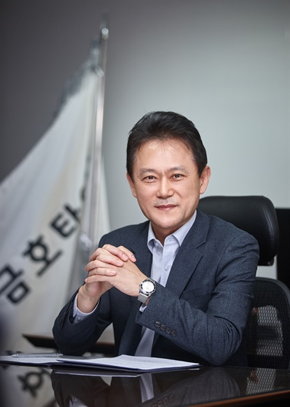After 35 years at Kumho, Jeon Dae-jin has ascended to the top spot, CEO.