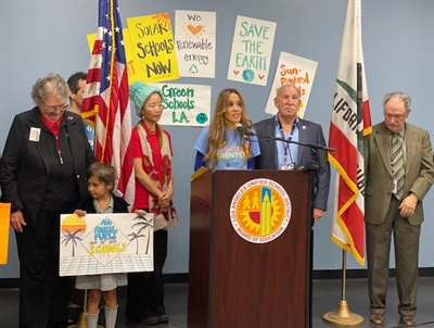 Los Angeles Unified School Districthas approved a resolution to commit to using100% clean, renewable energy by 2040. Shownhere is Lisa Oyos (center), program director for the Sierra Club Climate Parents, and LAUSD board of education member Scott M. Schmerelson. Photo courtesy Elvia Perez