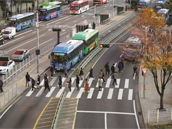 Seoul instituted comprehensive bus reforms that aimed to reduce the need to move about the city center by car.Jerom Theunissen