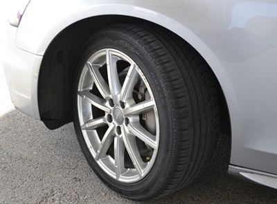 The zLine A/S tires come fitted with Nokian's Driving Safety Indicator on the center rib which shows the percentage of tread depth that remains.