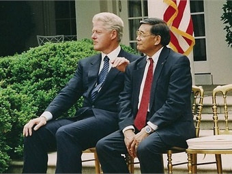 President Bill Clinton and Secretary of Commerce Norm Mineta. (Photo used with permission from Mineta photo archives.)