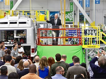 California Governor Jerry Brown gave a rousing speech on clean air policy during the commemoration of the Proterra's new bus manufacturing facility in Los Angeles County. Photo: Proterra & Dominic Bolton