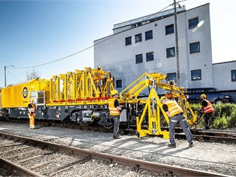 Engineering train with on-off loading device for gantries. Photo: Transport for London