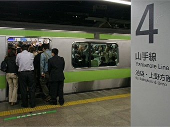 A crowded Tokyo train during rush-hour commute. Photo: Flickr/tokyoform