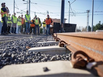 TriMet Engineering and rail training supervisors provided students from a local community college with insight into rail operations, as well as hands-on demonstrations of its systems.