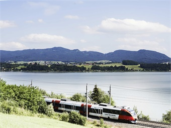 Zug in Landschaft© ÖBB/Philipp Horak