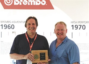 MTD Editor Bob Ulrich, left, accepts one of the magazine's two IAMC gold medals from Detroit Free Press Auto Critic Mark Phelan.