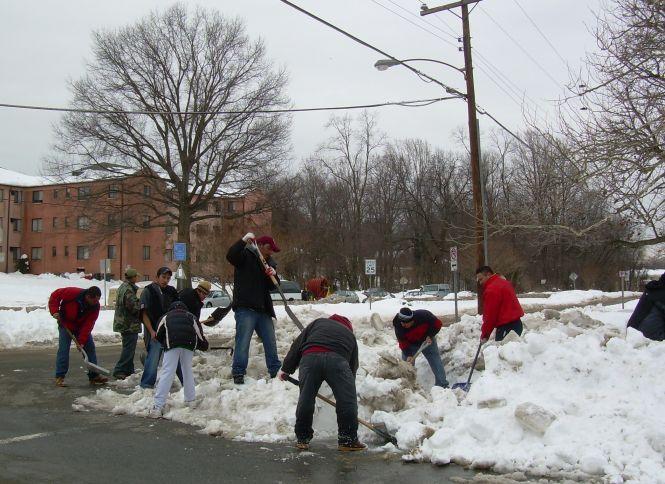 Volunteers clear paths to schools, bus stops