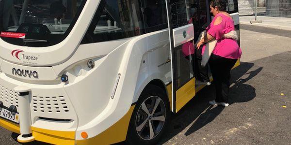 Passenger getting on the Trapizio Autonomous Bus.