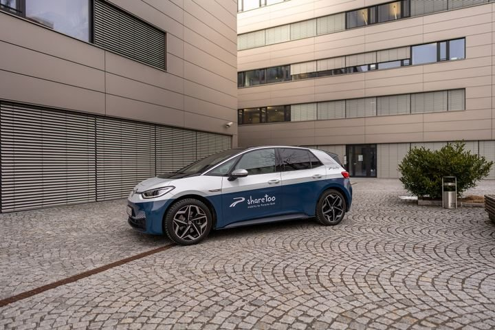 In order to continue offering customers this flexibility and meet their diverse mobility needs, Porsche Bank has added another mobility solution to its attractive package solutions for financing, insurance, and service in addition to the carsharing offer with a car subscription. - Photo via sharetoo.