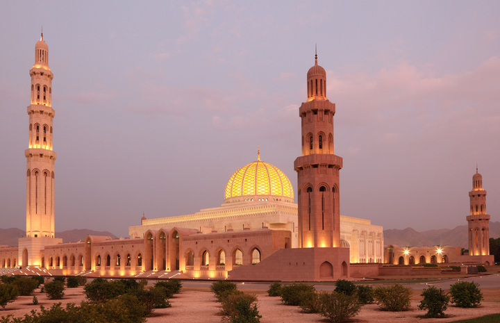 Vacationers can use the car of their choice to visit the country's many sights such as the Sultan Qaboos Grand Mosque in the capital Muscat, the city of Nizwa with Fort Nizwa, the Hisn Tamah fortress in Bahla or the unique Wadi Nakhar gorge. - Photo via Depositphotos.