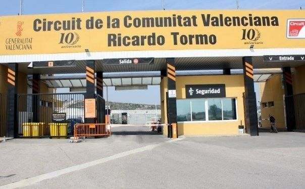 The CEO of Drivalia, Martin Hall, attended a meeting at the Circuit Ricardo Tormo in Valencia to renew Drivalia's support of the circuit and the promotion and training of young drivers.