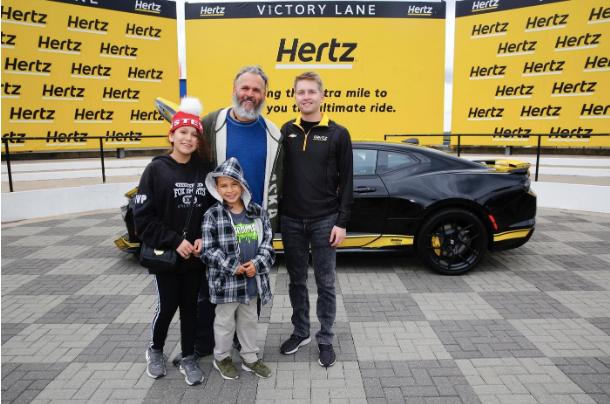 Abma, sa fille Leilani (12) et son fils Ethan (8), avec le n ° 24 William Byron dans les installations de Hendrick Motorsport. - Photo via Hertz.