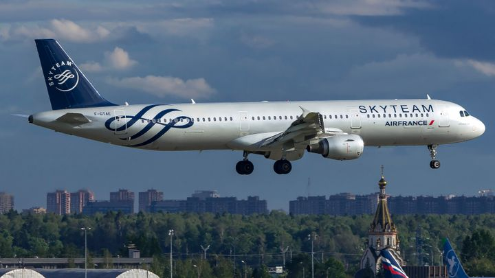 SkyTeam is the first airline alliance to offer its frequent flyers access to car hire benefits plus the opportunity to earn miles when renting a vehicle. - Photo via Papas Dos/Wikimedia.