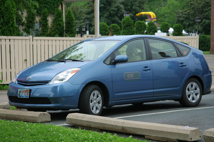 The proposed new service line envisions a fleet of 150 battery electric vehicles, supported by a network of 70 mobility hubs with charging infrastructure. - Photo via Michael Hicks/Flickr.