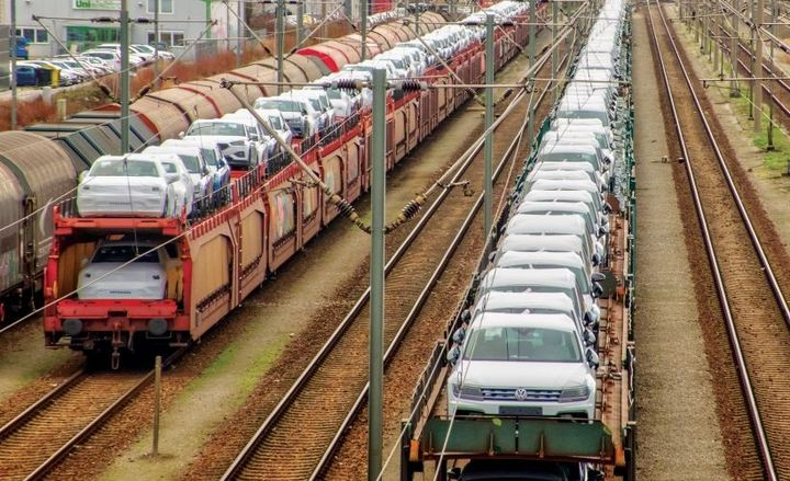 In the early 1990s, approximately two-thirds of the rail fleet was tri-levels. The industry shifted to two-thirds bi-level and one-third tri-level because of the swing to larger SUVs, minivans, and pickup trucks.