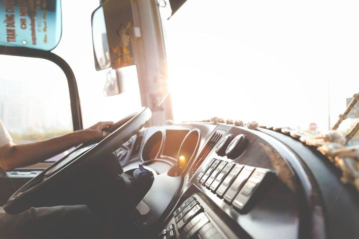 The best way to tell if avehicle requires a CDL is its weight. Generally, all Class A, B, and C vehicles traveling on the interstaterequires the license. - Photo: Lê Minh from Pexels