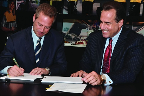Donlen CEO Gary Rappeport (left) signs a letter of intent for the sale of the company to Hertz Global Holdings as Hertz CEO Mark Frissora looks on. Donlen will continue to operate as a separate, wholly owned entity of the Hertz Corporation, and will remain headquartered in Northbrook, Ill.
