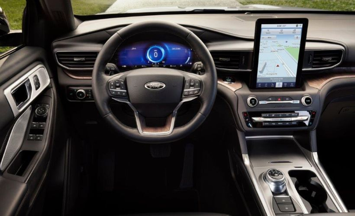 A device charging pad behind the cupholders and other compartments help drivers stay organized.