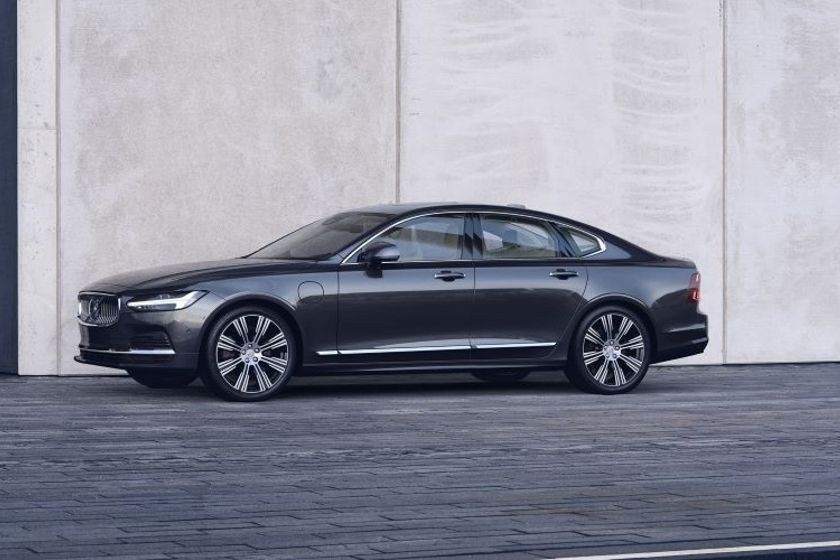 Pictured is the refreshed Volvo S90 Recharge T8 plug-in hybrid in Platinum Grey