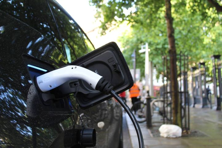 While there is significant interest in electric cars in Australia, the price point presents a hurdle. The new SonnenDrive service offers a weekly subscription payment that covers registration, insurance, maintenance, servicing, and roadside assistance for five electric cars. - Photo: Andrew Roberts on Unsplash