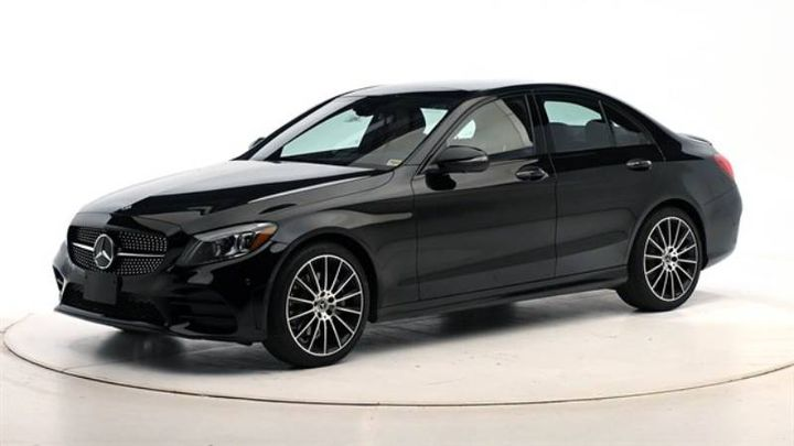 The mid-size luxury car was put through the paces, earning good ratings in six crashworthiness tests. - Photo: IIHS