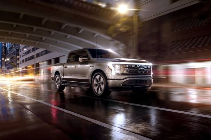 Ford plans to increase F-150 Lightning production from 15,000 pickups next year to an annual goal of approximately 150,000 in late 2025. - Photo: Ford