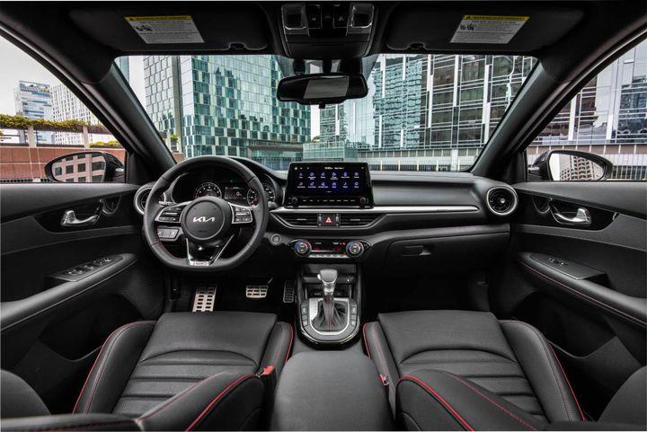 Một số nâng cấp về nội thất của xe bao gồm khởi động từ xa, sạc USB phía sau, bảng điều khiển trung tâm tích hợp phanh đỗ điện tử và màn hình cảm ứng 10,25 inch để điều hướng và thông tin giải trí.  - Ảnh: Kia