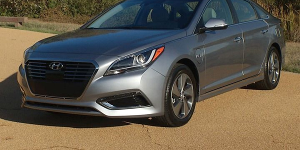 Photo of 2017 Sonata Hybrid courtesy of Hyundai.