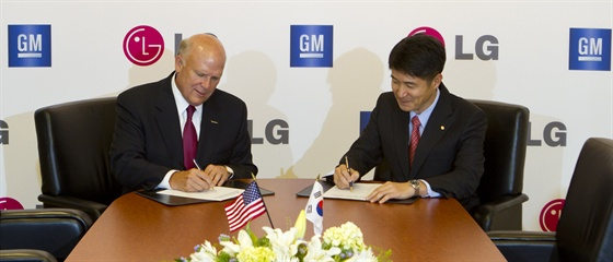 General Motors Chairman and CEO Dan Akerson and Juno Cho, president and COO of LG Corp. signed an agreement Wednesday for GM and LG to cooperate on future electric vehicles. Photo courtesy of GM.