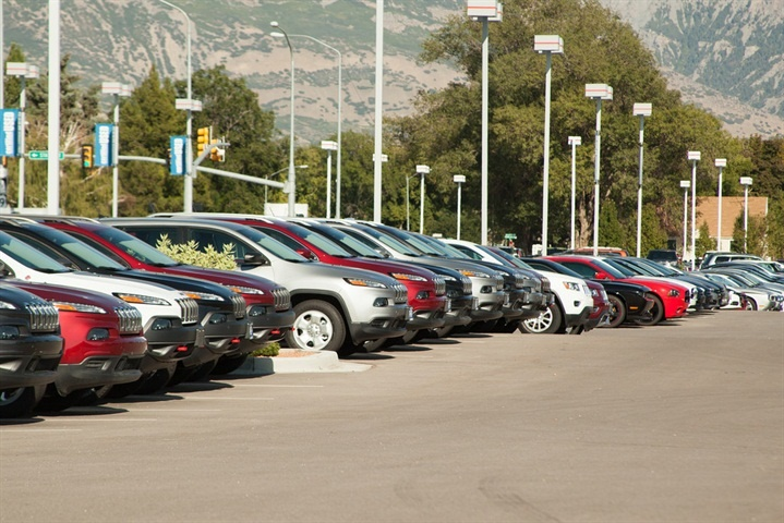 New Vehicle MPG Falls to 25.3 in August