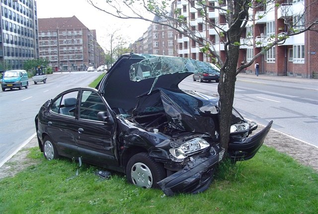 Photo of a car crash courtesy of Wikimedia Commons.