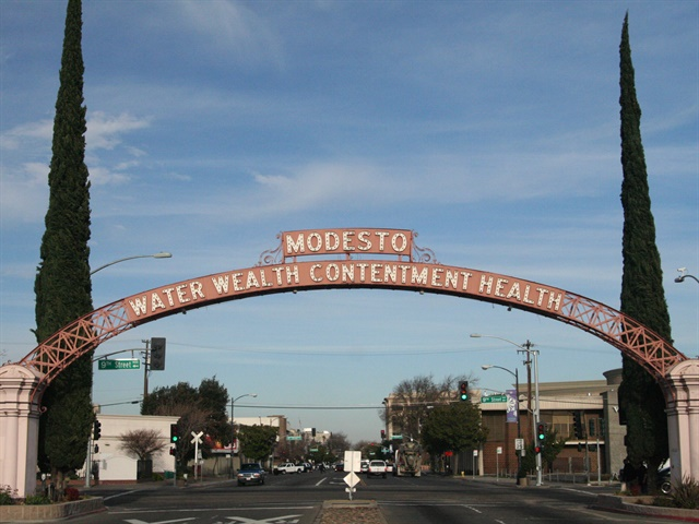 Photo of the Modesto Arch via Wikimedia.