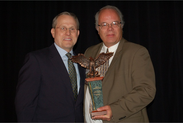 NAAA CEO Frank Hackett (left) receives the inaugural Industry Leadership Award from Automotive Fleet Editor Mike Antich.