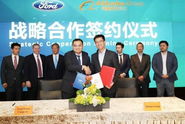 Jason Luo (center left), chairman & CEO of Ford China, and Hu Xiaoming (center right), senior vice president of Alibaba, president of AliOS and president of Alibaba Cloud, signed the strategic cooperation agreement on behalf of both organizations. Photo courtesy of Ford.