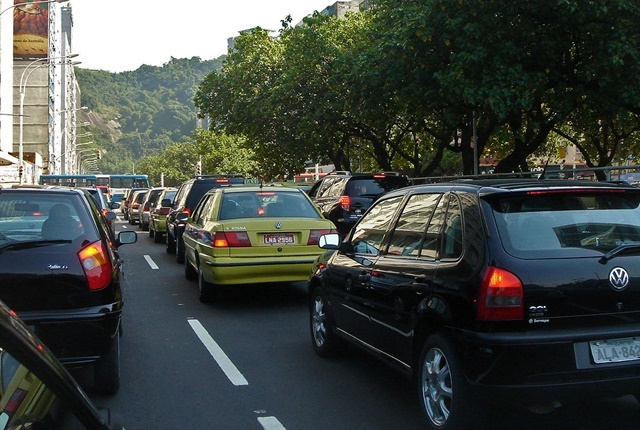 Traffic jam in Rio de Janeiro courtesy of Mario Roberto Duran Ortiz Mariordo via Wikimedia Commons