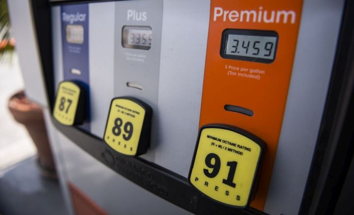 The national average price for regular unleaded gasoline remained flat, as state-level prices continued on a downward trajectory.