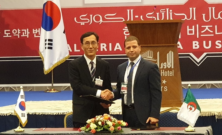 (l. to r.) Don Ho Choi, director and head of Commercial Vehicle Export Division at Hyundai Motor Company, andHacene Arbaoui, chairman of Global Group, at a signing ceremony.  - Photo courtesy of Hyundai.