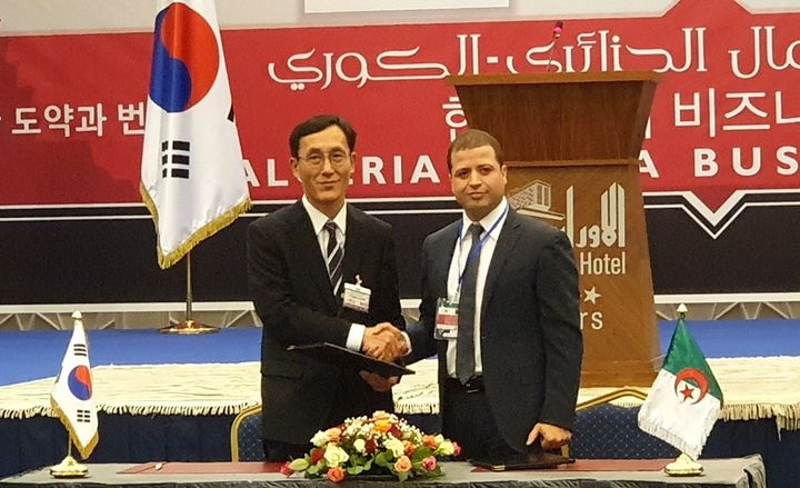 (l. to r.) Don Ho Choi, director and head of Commercial Vehicle Export Division at Hyundai Motor Company, and Hacene Arbaoui, chairman of Global Group, at a signing ceremony.