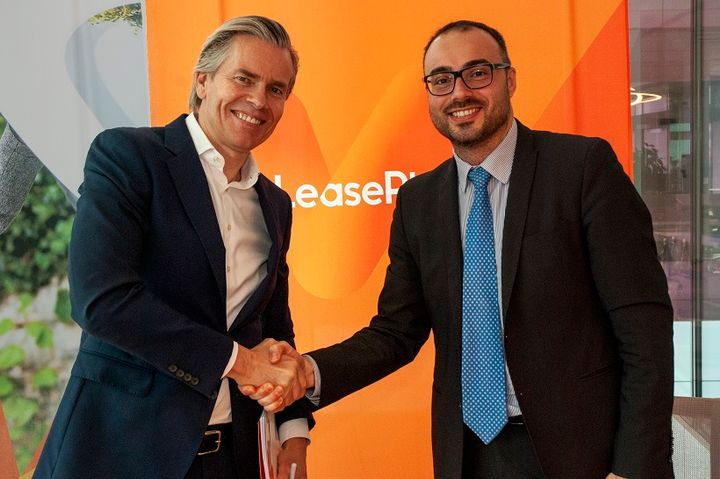 Berno Kleinherenbrink (left), LeasePlan's senior vice president commercial, and Alessandro Grosso, head of fleet and business sales, FCA EMEA Region, at the contract signing. - Photo courtesy of LeasePlan.