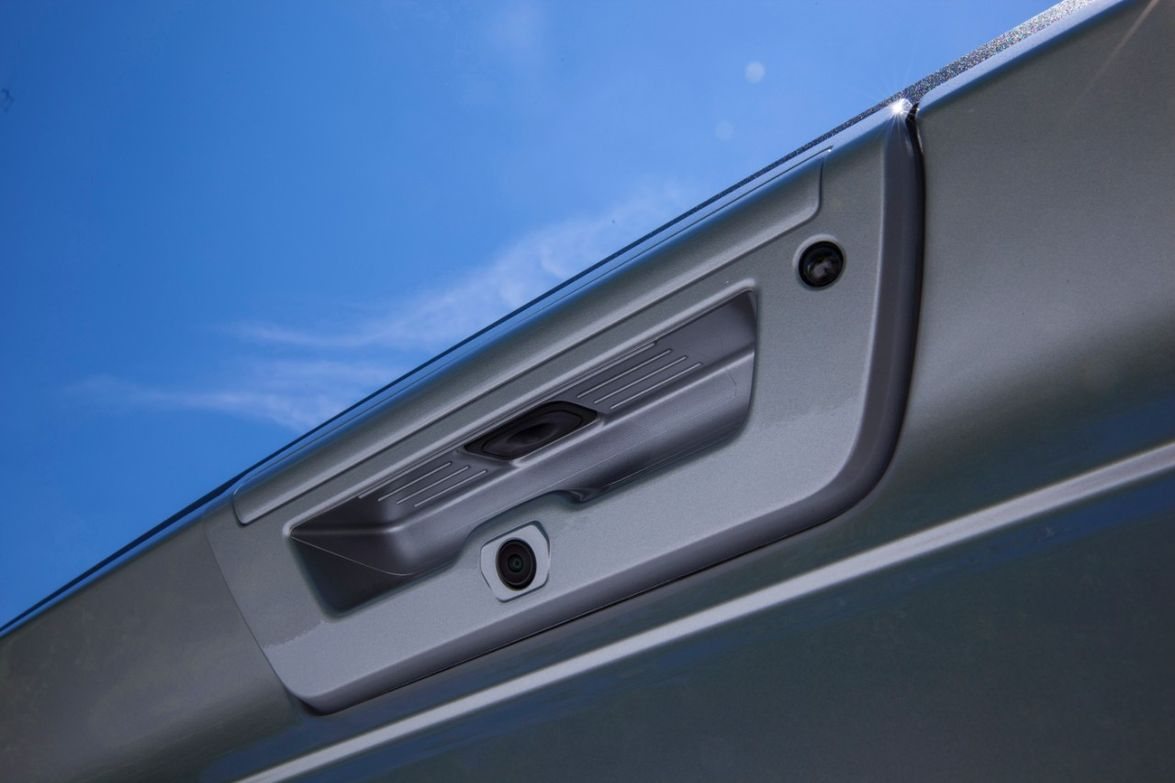 Grooves in the tailgate handle:For ease of grip and use, grooves in the tailgate handle allow a...
