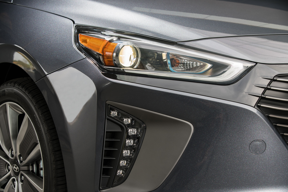 The Ioniq Hybrid featuresBi-Xenon HID headlights surrounded by LED positioning lamps.