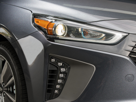 The Ioniq Hybrid features Bi-Xenon HID headlights surrounded by LED positioning lamps.