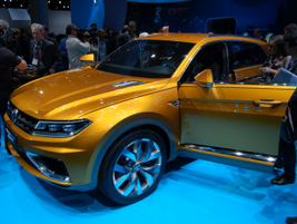 Volkswagen CrossBlue Coupé Concept features a plug-in V6 gasoline-electric hybrid drivetrain.
