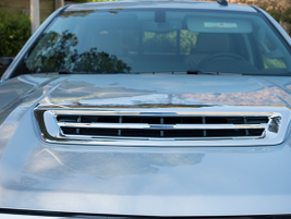 An air intake vent in the hoodhelps coolthe Duramax diesel engine.